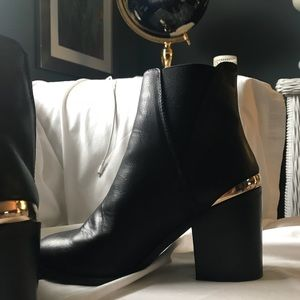 🖤 Black ankle boots with gold on heel 🖤